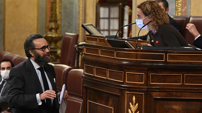 La presidenta de la cámara, Meritxell Batet, conversa con el diputado de Vox José María Sánchez (i). (EFE)
