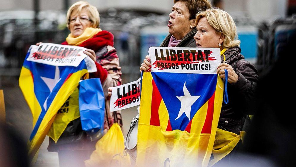 Foto: Protesta en Cataluña en defensa de la libertad de los presos políticos. (EFE)