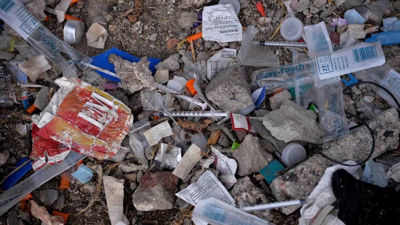 Jeringuillas utilizadas para chutes de heroína en el vertedero de un parque en Kensington, Filadelfia, en octubre de 2017. (Reuters)