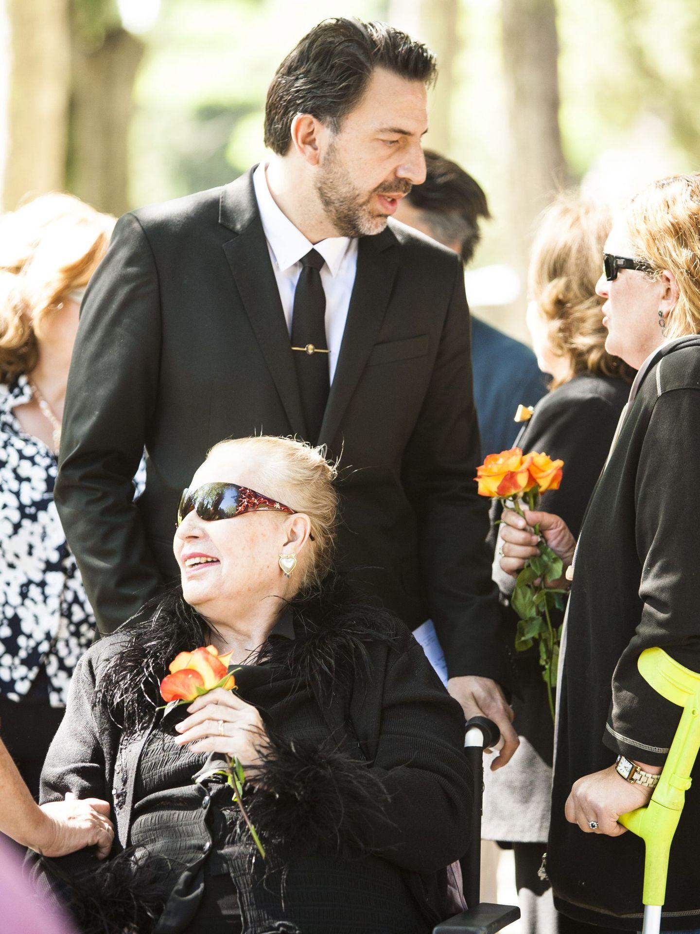 Leandro de Borbón, junto a su madre, Conchita de la Mora, en el entierro de su padre. (Cordon Press)