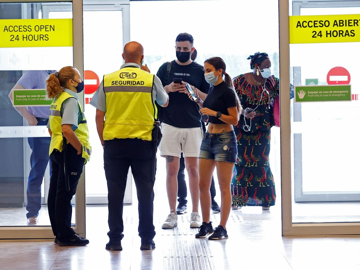 Foto: Pasajeros llegan al aeropuerto de Madrid Adolfo Suárez Barajas. (EFE)
