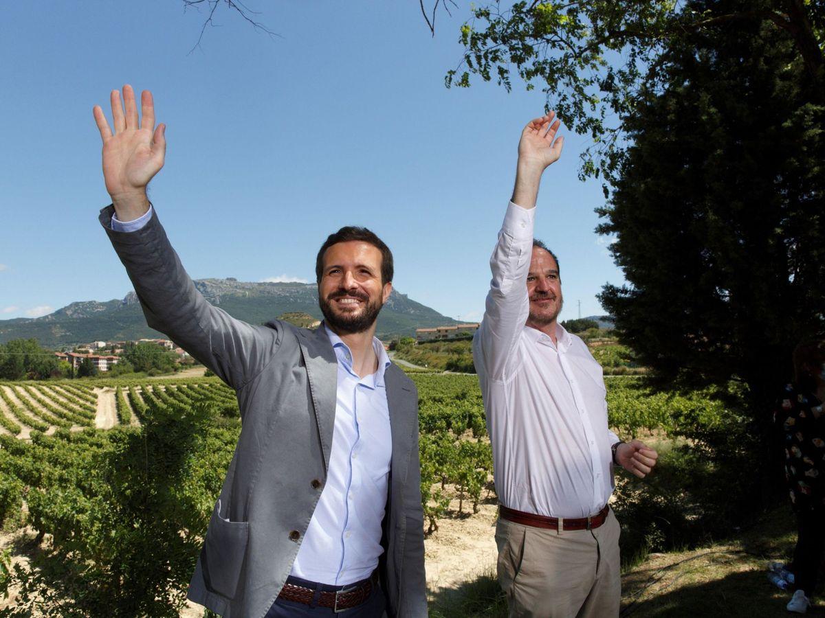 Foto: El presidente del PP, Pablo Casado, y el candidato a lehendakari, Carlos Iturgaiz, en Labastida, Álava. (EFE)