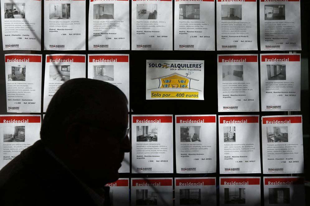 Foto: Carteles de pisos en una agencia inmobiliaria. (EC)