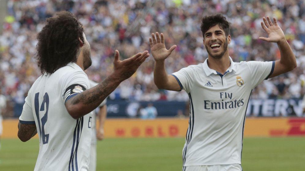 Foto: Marcelo celebra uno de sus goles con Asensio (Rebecca Cook/Livepic/Reuters)