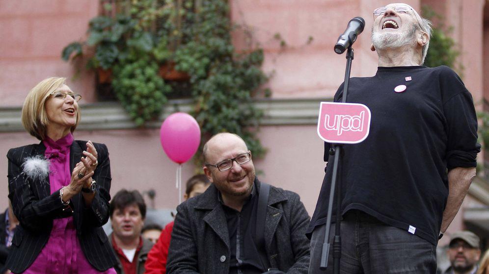 Foto: Rosa Díez, junto al escritor Álvaro Pombo en un mitin en Madrid en 2011.