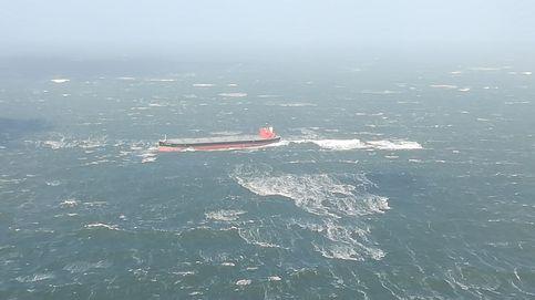Una tormenta, seis muertos y el temor a un vertido de 1.800 toneladas de petróleo al mar
