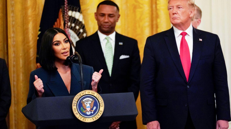 Kim Kardashian habla en presencia de Donald Trump. (Reuters)