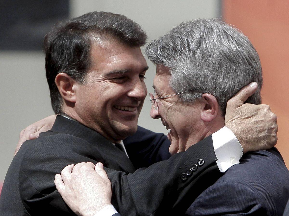 Foto: Saludo entre Joan Laporta y Enrique Cerezo. (EFE)