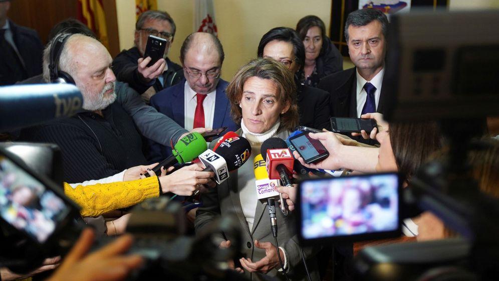 Foto: Los medios de comunicación se centran en la ministra de Transición Ecológica, Teresa Ribera. (EFE)