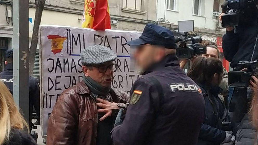 La Policía reduce a un hombre que profería vivas a España en Ferraz