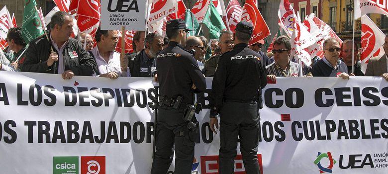 Foto: Fotografía de archivo de una manifestación de los trabajadores de Banco Ceiss. (EFE)