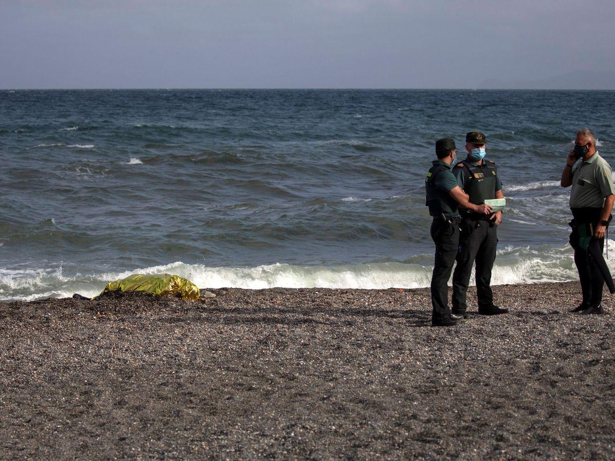 Foto: El cadáver, hallado ayer en la playa. (EFE)