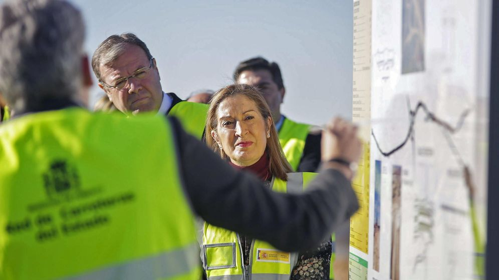 Foto: La ministra de Fomento, Ana Pastor (d), visita las obras del tramo de la Variante de Aranda de Duero (Burgos). (EFE)