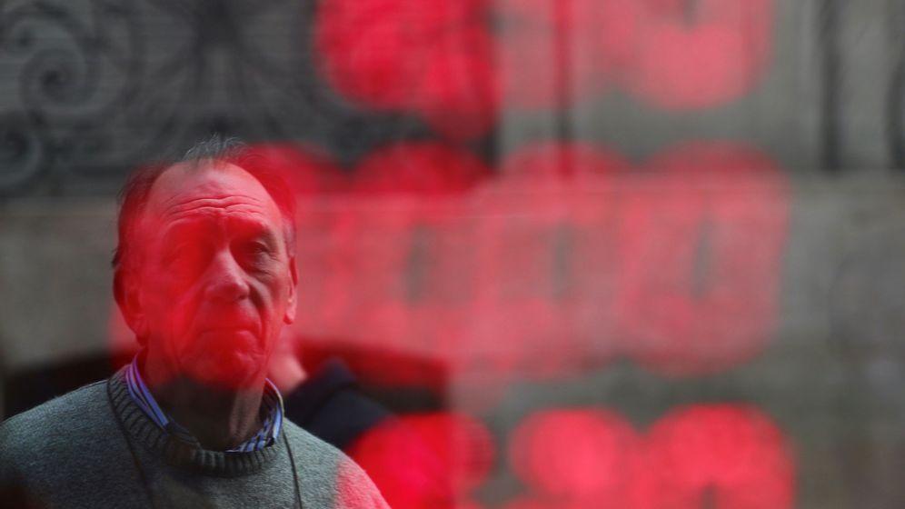 Foto: Un hombre mirando números de cambio de divisas en Buenos Aires (Argentina). (Reuters)