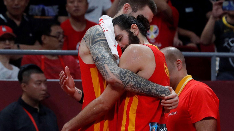 Juancho Hernangómez abraza a Ricky Rubio tras proclamarse campeones del mundo. (EFE)