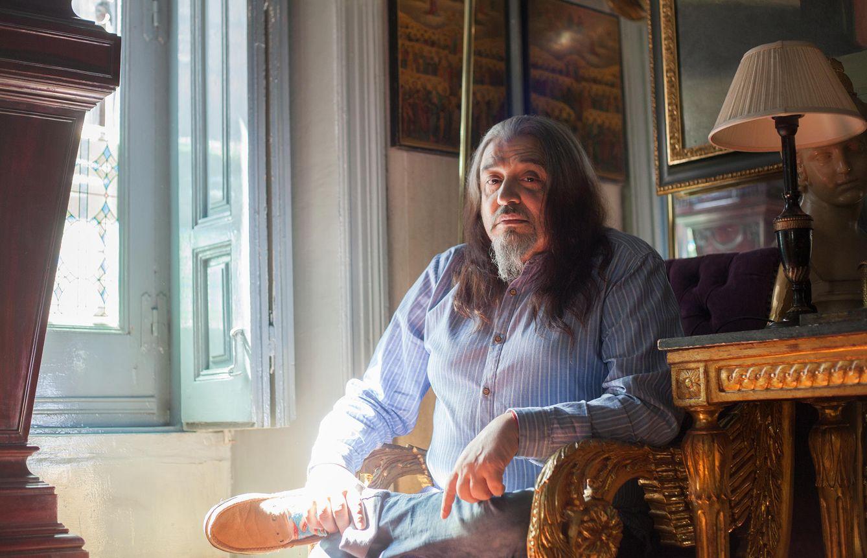 Foto: Miguel Ángel Arenas, 'Capi', en su salón. (Enrique Villarino)