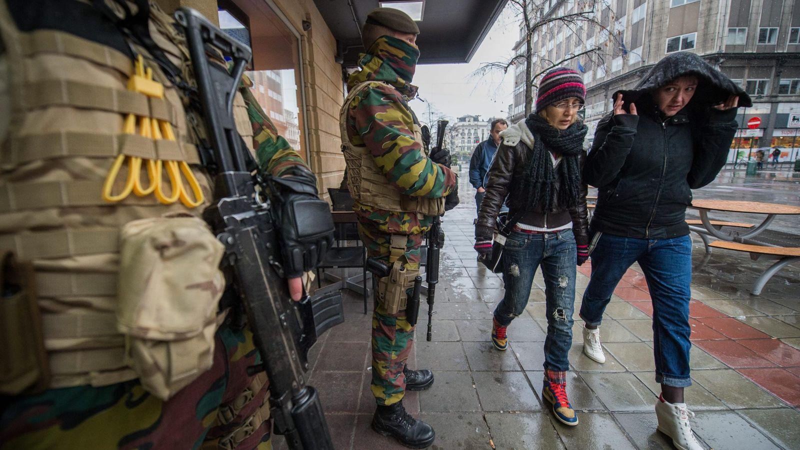Foto: Militares belgas custodian un restaurante del centro de Bruselas. (EFE)