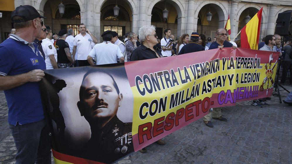 Foto: Asistentes en la Plaza Mayor a la concentración convocada por un grupo de veteranos legionarios en contra del cambio de nombre de la calle que lleva el nombre de su fundador. (EFE)