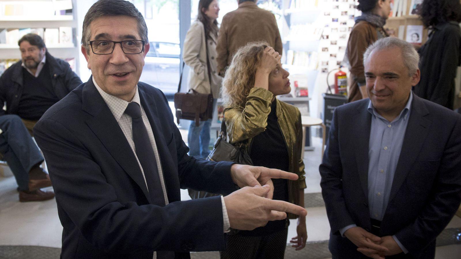 Foto: Patxi López, junto con los diputados Meritxell Batet y Rafa Simancas, el pasado 25 de abril en Madrid. (EFE)