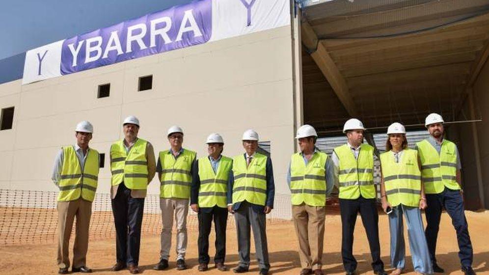 Foto: El consejo de Ybarra Alimentación, con Antonio Gallego (presidente) en el centro, delante de las obras de la nueva fábrica de Sevilla. (EFE)
