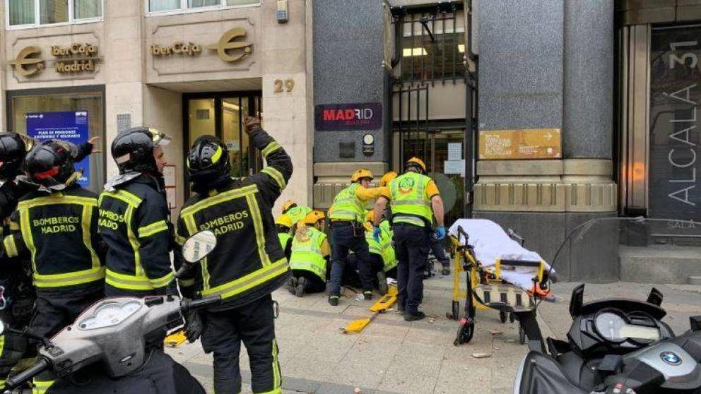 Fallece la mujer coreana golpeada por la caída de una cornisa en Madrid