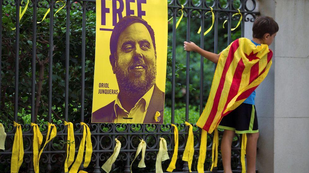 Foto: Lazos amarillos colocados ante una fotografía del exvicepresidente del Gobierno catalán Oriol Junqueras, durante la Diada. (EFE)