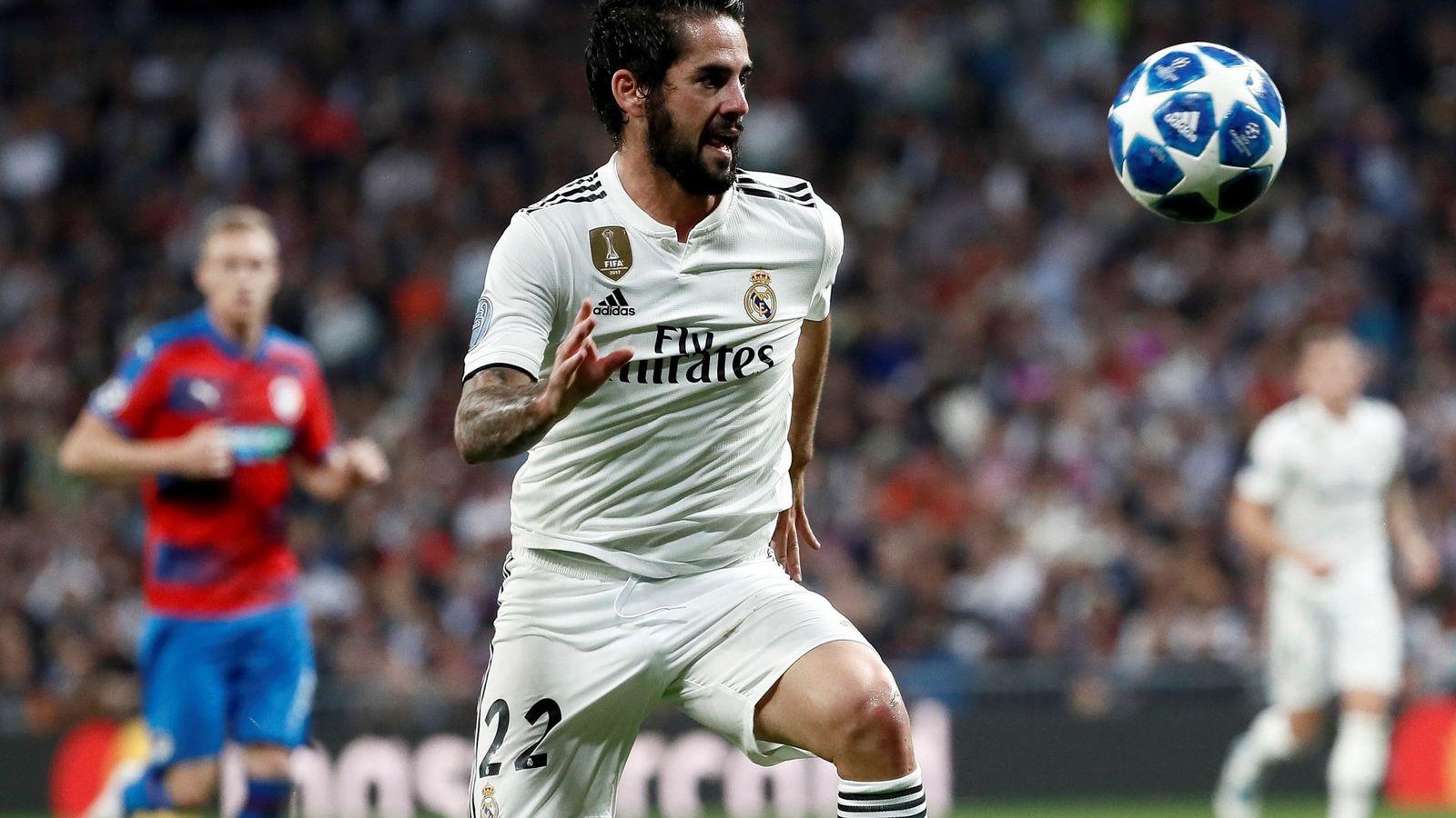 Foto: Isco controla un balón durante un partido en el estadio Santiago Bernabéu. (Efe)