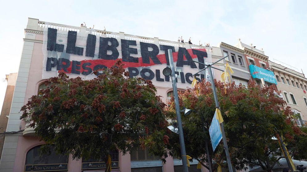 Foto: Pancarta a favor de la libertad de los presos. (EFE)