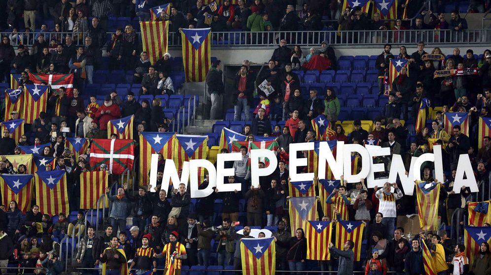 Foto: Esteladas e ikurriñas en un amistoso entre las selecciones de Cataluña y Euskadi en el Camp Nou. (EFE)