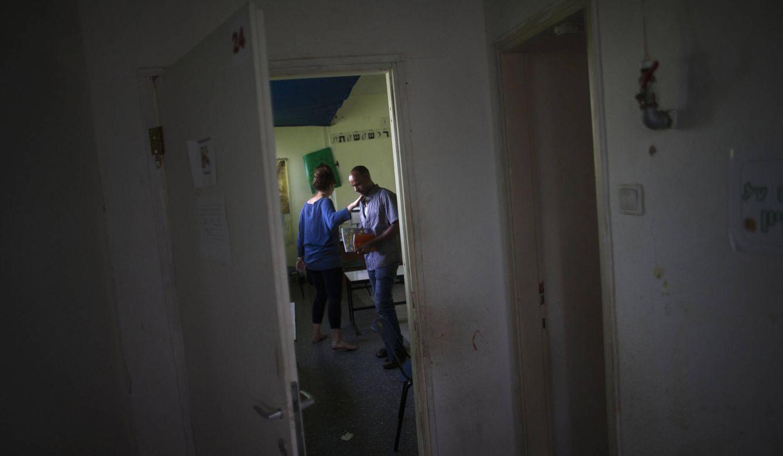 Foto: Angesom Solomon, un refugiado de 28 años de Eritrea, tras su primera clase de hebreo en un colegio de Tel Aviv donde también trabaja (Reuters).