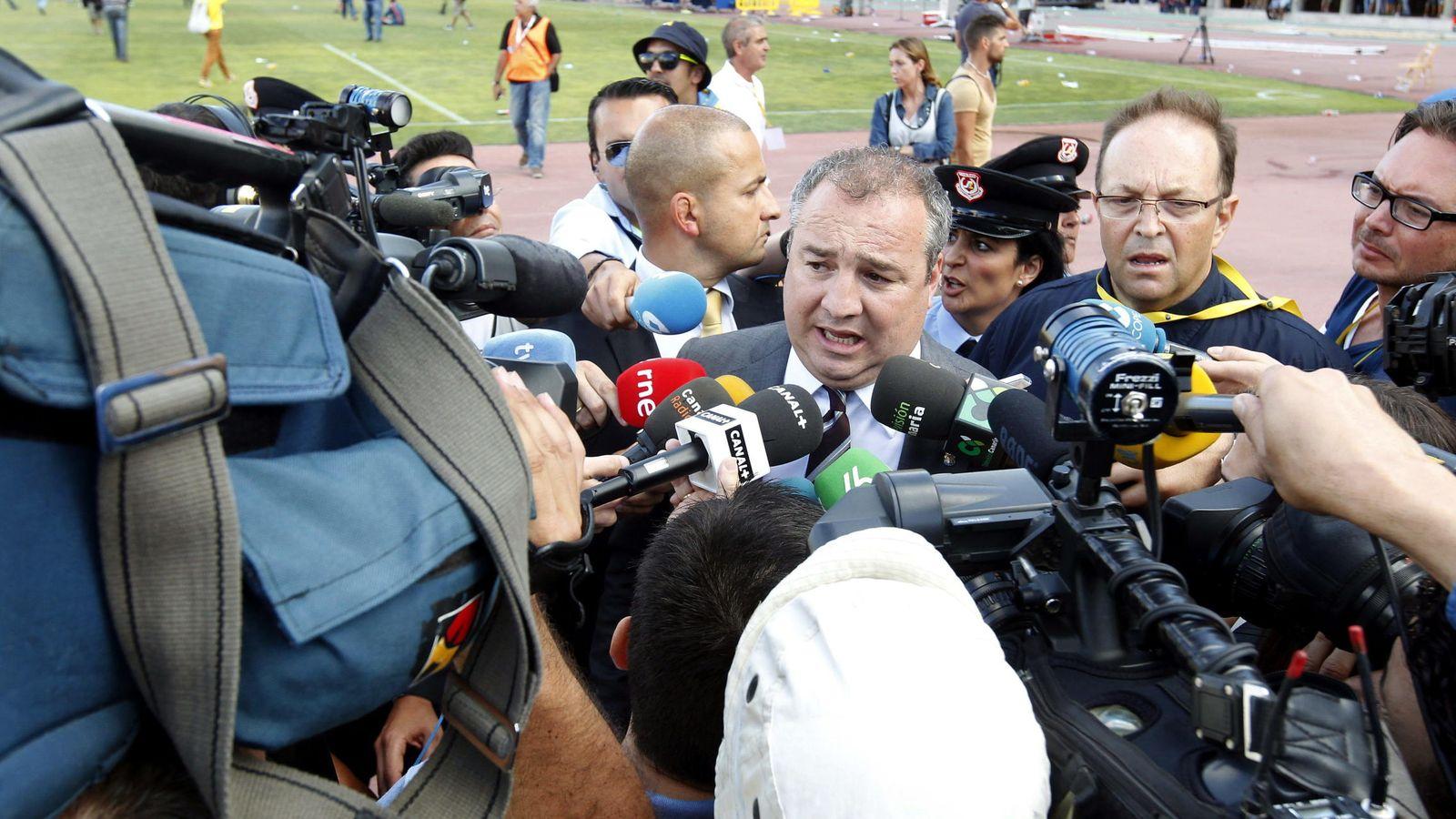 Foto: El presidente de la UD Las Palmas, Miguel Ángel Ramírez (c). (EFE)