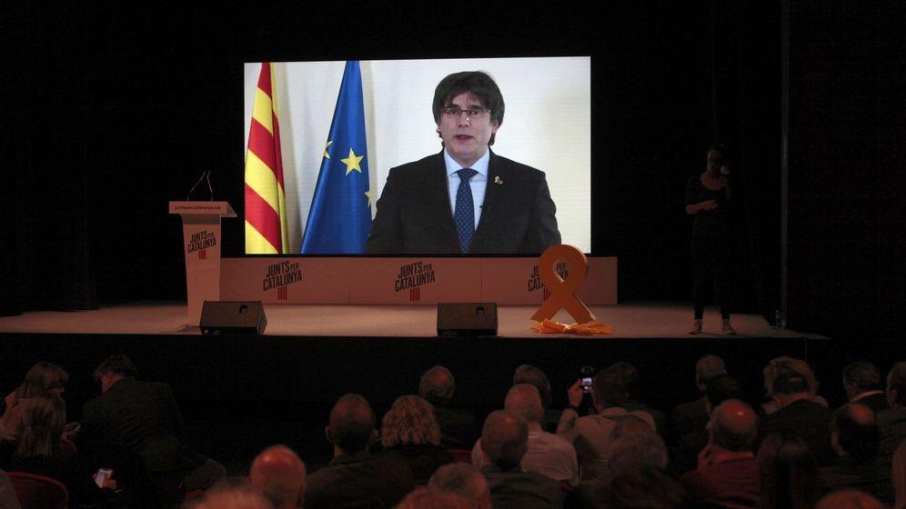 Foto: Carles Puigdemont, participando vía videoconferencia, en un acto de JxCAT. (EFE)