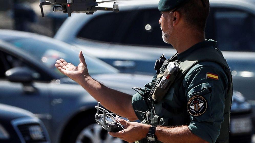Foto: Un agente de la Guardia Civil recoge un dron en una imagen de archivo. (EFE)