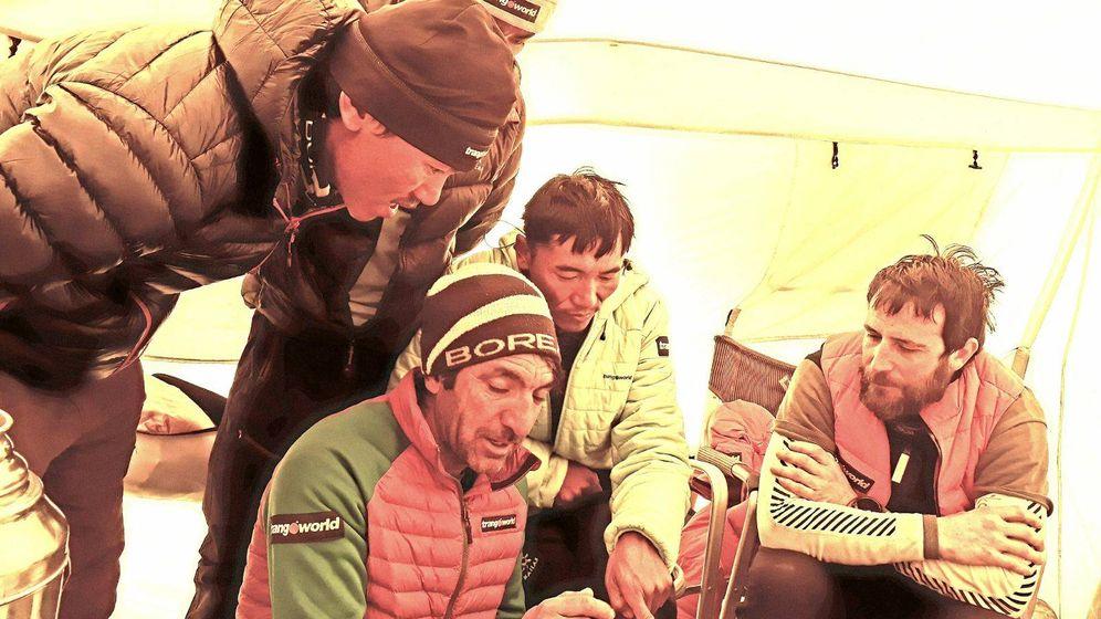 Foto: Alex Txikon (d), decide el ataque a cumbre con los miembros de su equipo.