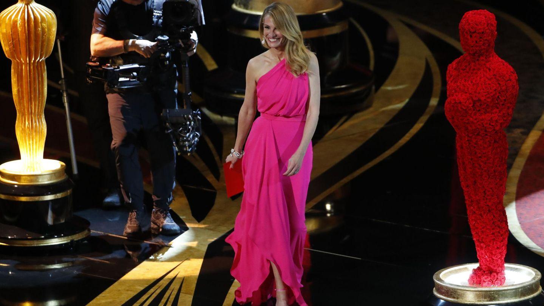 Julia Roberts presentando el Oscar a la mejor película. (Reuters)