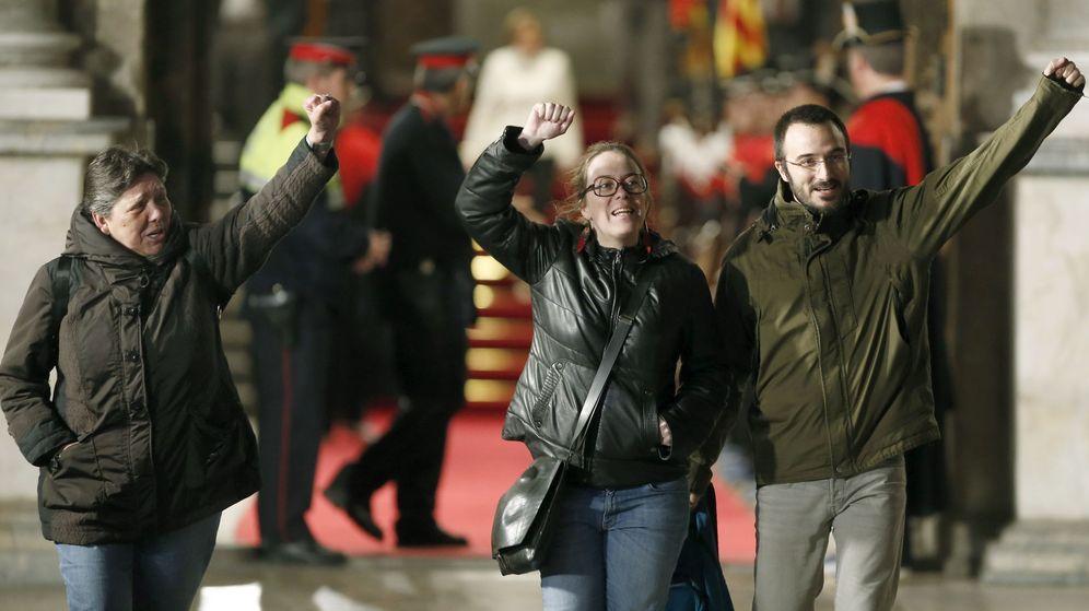 Foto: Los diputados de la CUP Gabriela Serra, Eulàlia Reguant y Albert Botran. (EFE)