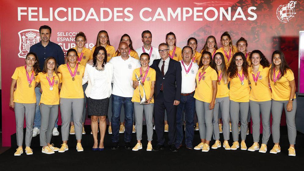 Foto: Rienda y Rubiales, junto al ministro José Guirao y las chicas de la selección sun 19 de fútbol. (Sefutbol)