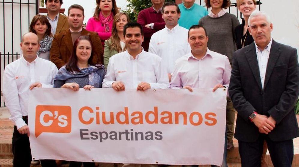 Foto: Imagen de algunos de los afiliados de Ciudadanos Espartinas. En el centro, José Maria Fernández, candidato a la alcaldía. (Ciudadanos Espartinas)