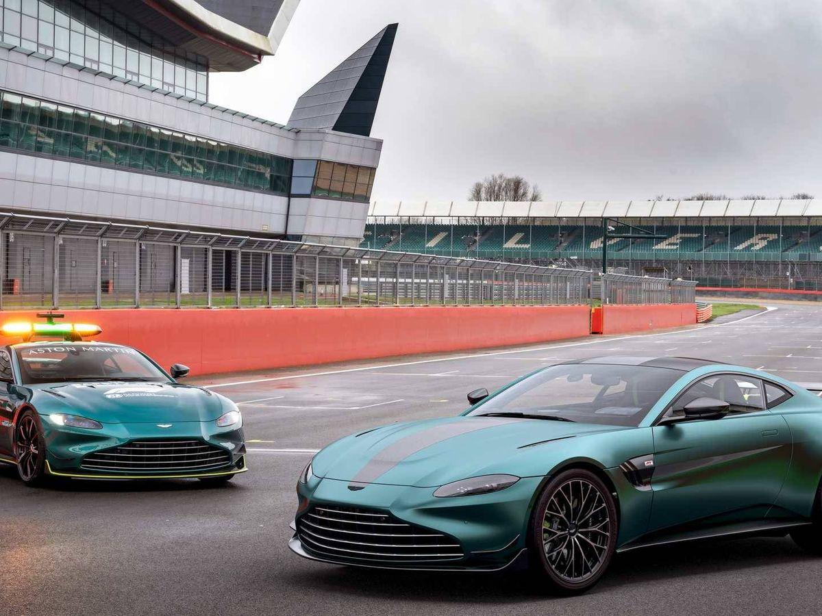 Foto: Nuevo Aston Martin Vantage F1, junto a su ejemplo, el Safety Car de la Fórmula 1.