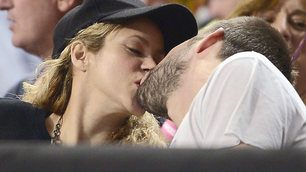 Foto: Piqué y Shakira se funde en un beso en una imagen de archivo. (Gtres)