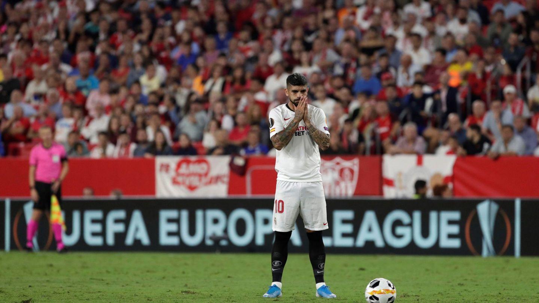 El centrocampista argentino Éver Banega se dispone a lanzar una falta ante el Apoel Nicosia. (EFE)