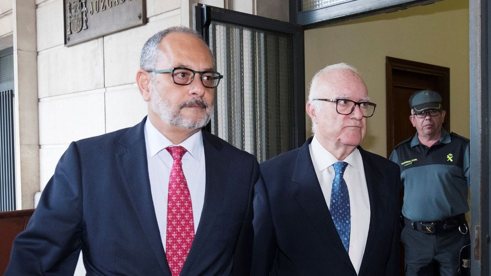 Foto: El psiquiatra Javier Criado (d), a su salida de los juzgados de Sevilla. (EFE)