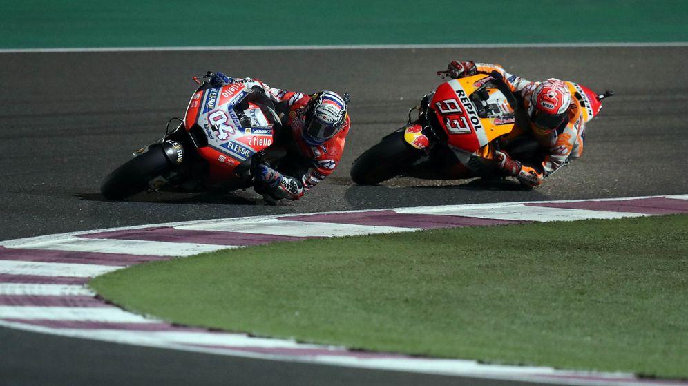 Foto: Andrea Dovizioso y Marc Márquez en la carrera de MotoGp de Qatar. (Reuters)