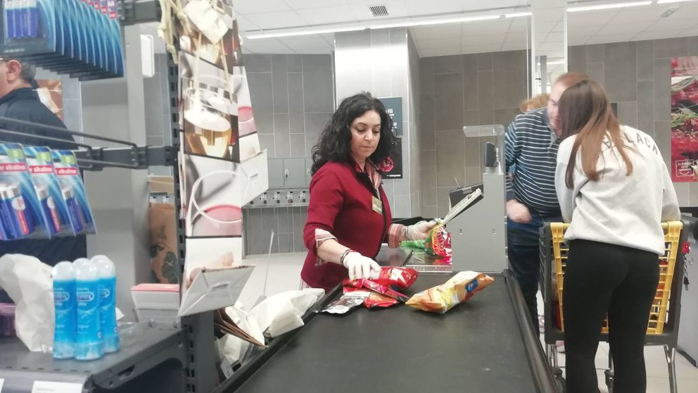 Cajeros del supermercado en primera línea de coronavirus: Estamos muy expuestos