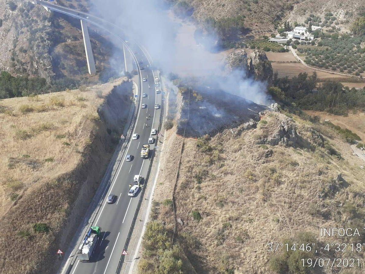 Foto:  Acudieron al lugar del incendio do aviones de carga en tierra y un helicóptero de transporte y extinción, entre otros. (Plan Infoca)