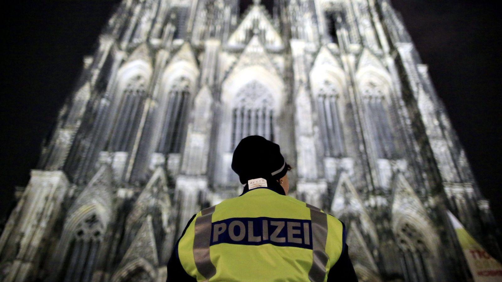 Foto: Un policía monta guardia frente a la Catedral de Colonia, el 24 de diciembre de 2016 (EFE)