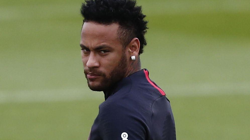 Foto: Neymar, con gesto serio, durante un entrenamiento con el Paris Saint-Germain. (EFE)