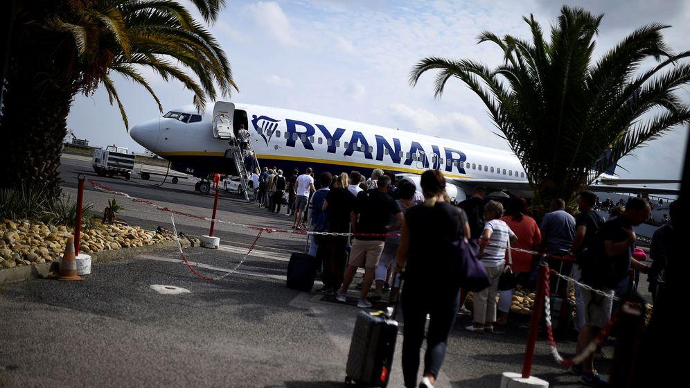 Foto: Un grupo de pasajeros entra en un avión de Ryanair. (Reuters)