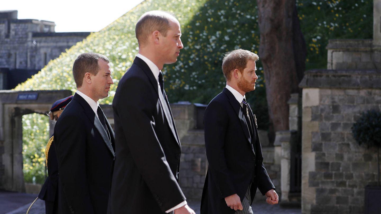 El príncipe Harry, con el príncipe Guillermo y Peter Phillips en el funeral del duque de Edimburgo. (Getty)