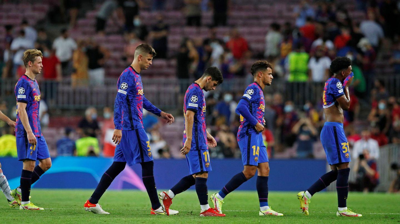 Los jugadores del FC Barcelona se encaminan al túnel de vestuarios tras encajar un 0-3 contra el Bayern. (Reuters)